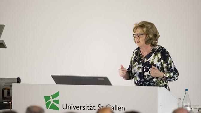 Prof. Mary McAleese spricht zu HSG-Studierenden und Law School Mitarbeitenen und Gästen
