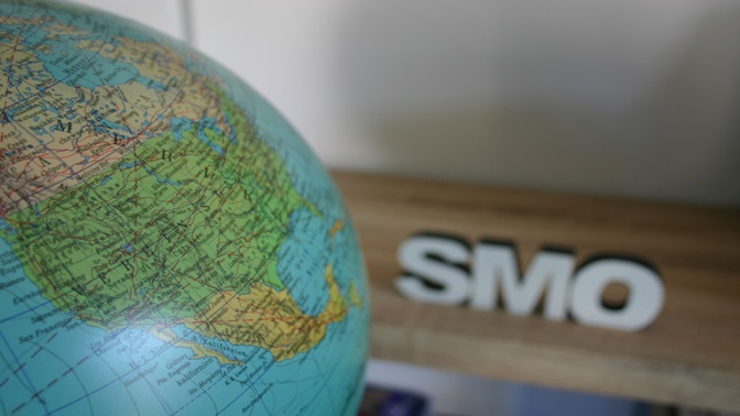 Globus und SMO Schriftzug